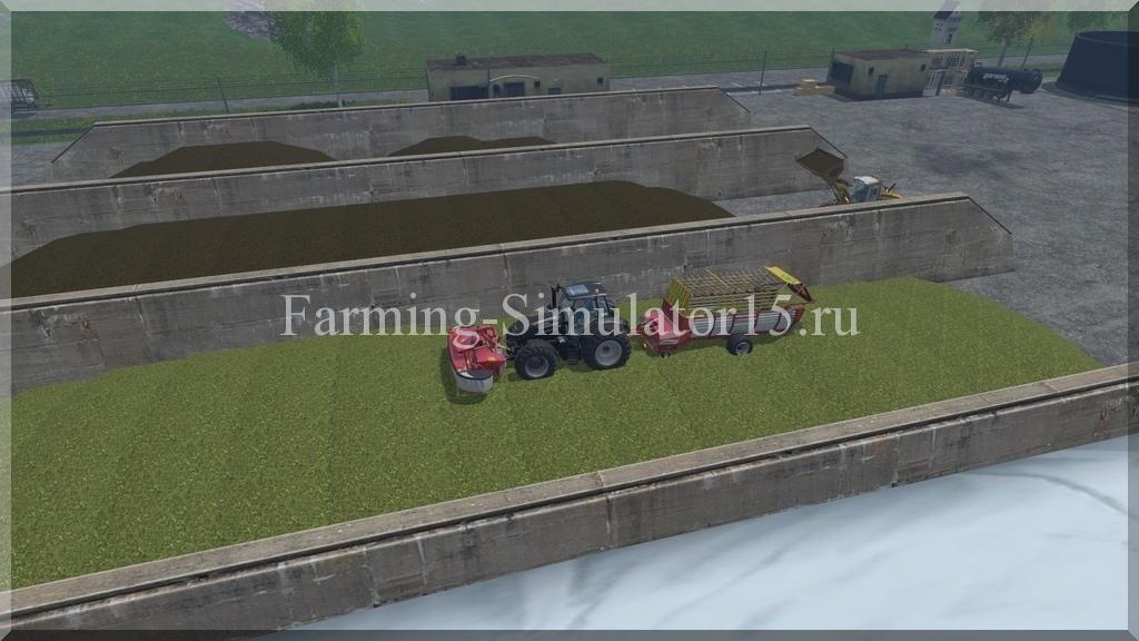 Разгружаем скошенную траву на силосной яме